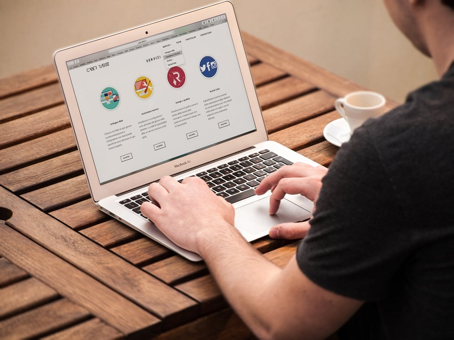 Apple-Computer-Desk-Laptop