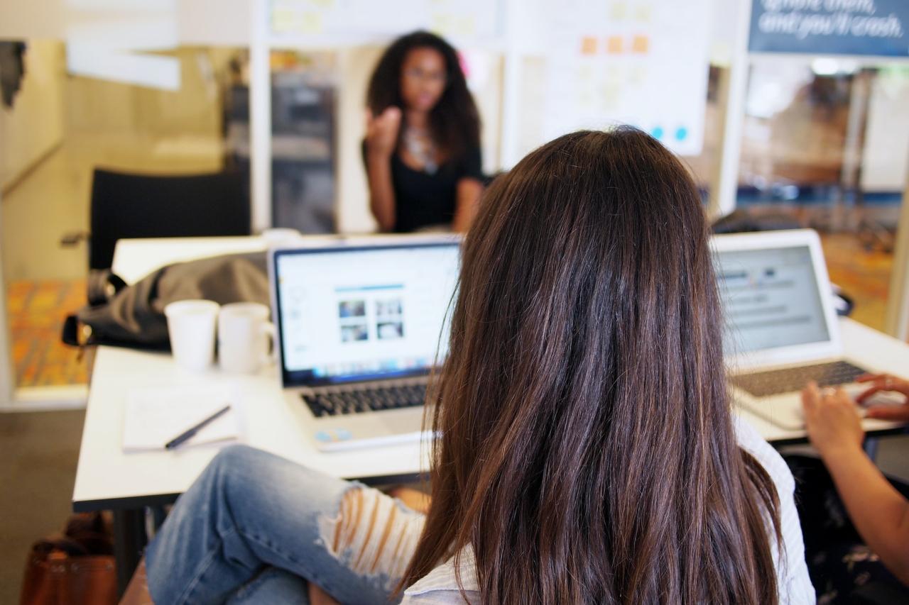 entrepreneurs-women-meeting-discussion-team meeting