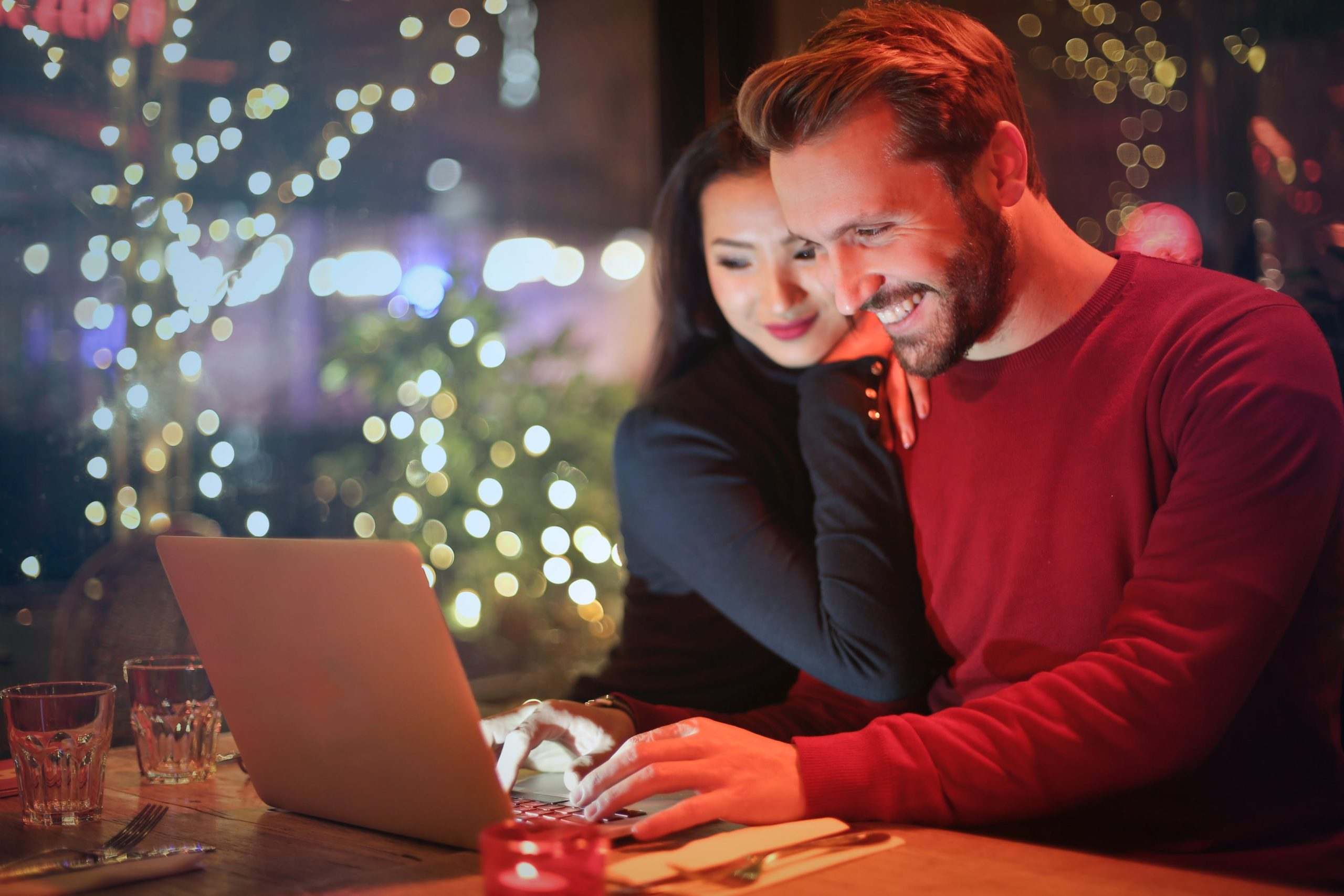 couple-holiday-excited-engage audience